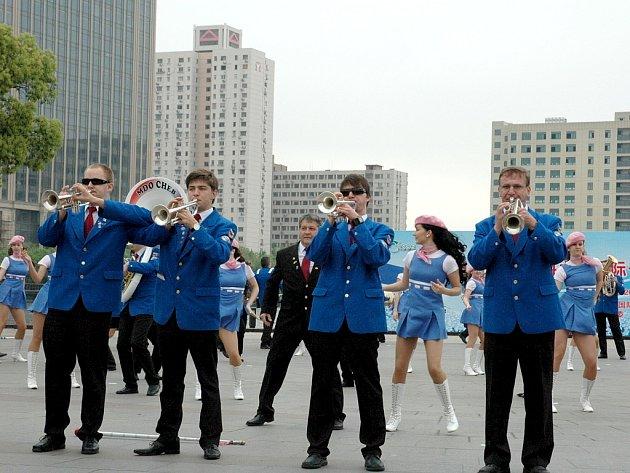 NĚKOLIKA VYSTOUPENÍMI si prošli členové Mládežnického dechového orchestru z Chebu na festivalu v Šanghaji. Vrátili se s mnoha vzpomínkami.