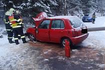 K nehodě jednoho osobního auta vyjížděli hasiči ze stanice Kraslice a dobrovolní hasiči z Lubů. Na silnici pokryté sněhem z Kraslic na Luby narazilo osobní auto do betonového sloupu, který po nárazu spadl. Naštěstí spadl těsně mimo vozidlo.