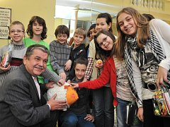 S VÍTĚZNÝM BERÁNKEM se na mariánskolázeňské radnici polaskaly děti z 5. A z Jirkova společně s místostarostou Mariánských Lázní Petrem Horkým.
