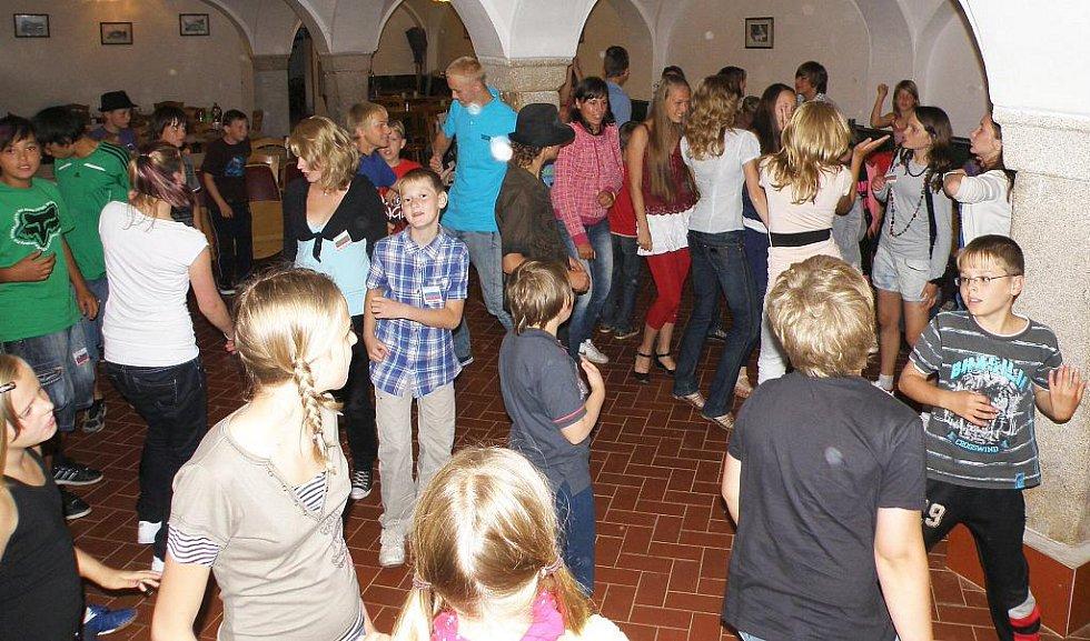 Letošní ročník  tradičního  ´Sportovního a tanečního  tábora Sorkov´  zítra končí. Vyřádilo se na něm 150  mladých sportovců.