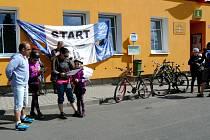 START Plesenského výšlapu u městského kulturního střediska lákal malé i velké turisty.