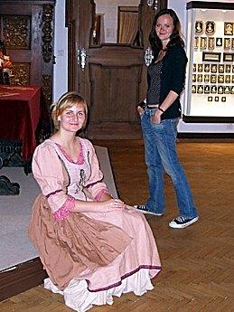 Studentka Veronika Bolgáčová v historickém kostýmu na muzejní noci v Chebu
