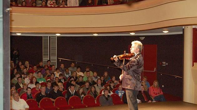 Začátek školního roku začal na chebské Integrované střední škole zajímavě. Přivítat studenty přijel známý houslista Jaroslav Svěcený.