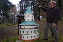 PŘIBYL MODEL ZÁMKU. Maketu zámku Humprecht pokřtili o víkendu v parku Boheminium v Mariánských Lázních
