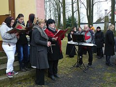 Kostel v Lomničce se stal letos už počtvrté místem svátečního setkání dětí a dospělých.