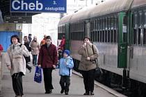 CESTUJÍCÍ, KTEŘÍ POJEDOU DNES V NOCI VLAKEM, čekají kvůli posunu času komplikace. Všechny vlaky se úderem nedělní druhé hodiny ranní o hodinu zpozdí.