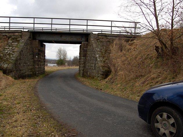 Silnice z Vojtanova do Zeleného háje. Most pod tratí je tak malý, že tudy neprojedou nákladní automobily