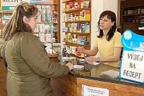 Lékárníci v Chebu informují pacienty o možnosti najít plně hrazené léky na webových stránkách ministerstva zdravotnictví.