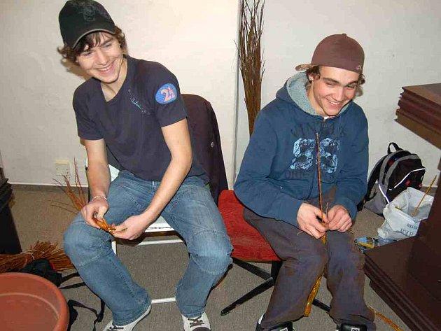 Pletení pomlázek si v chebském muzeu mohl vyzkoušet každý