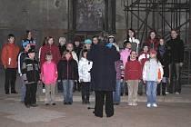 Letošní sezónu v kostele svatého Wolfganga v Ostrohu zahájil dětský pěvecký sbor Sašáci.