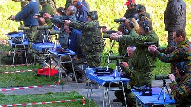 Účastníci střelecké soutěže Free Contest v Chebu na palebné čáře