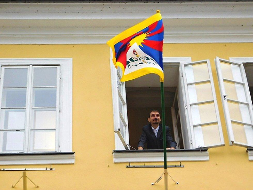 NA CHEBSKÉ radnici visí tibetská vlajka po devíti letech.