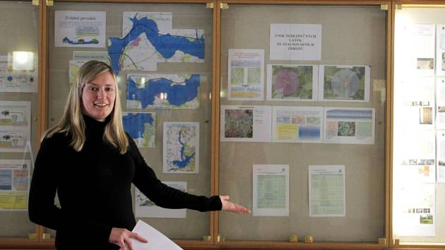 NOVÁ RECEPCE! Místo, kde má už ve druhé polovině letošního roku stát nová recepce, ukazovala Klára Dlugošová, referentka územního plánování z odboru stavebního a životního prostředí Městského úřadu v Chebu.