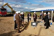 Slavnostní zahájení stavby továrny apt v chebské průmyslové zóně