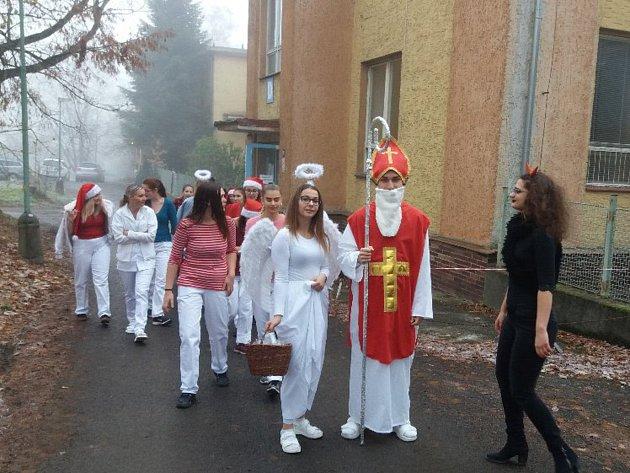 Mikuláš sčerty a anděly dorazil také do chebské nemocnice.