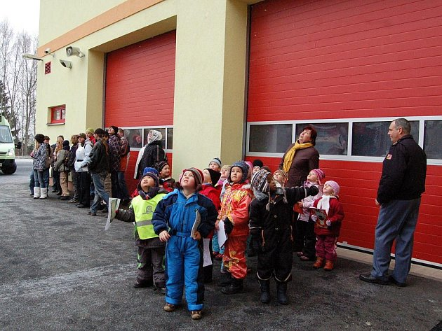 NÁVŠTĚVA U HASIČŮ. Mariánskolázeňští hasiči dostali novou cisternu a aby se s ní mohla seznámit i veřejnost, uspořádali den otevřených dveří. Na stanici si užívaly hlavně děti ze školky ve Velké Hleďsebi.