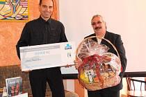VÝHRA. Představitelé Poustky Radovan Caran (vlevo) a Jan Ryba převzali šek na 300 tisíc korun jako výhru z Grantového programu ČSOB.