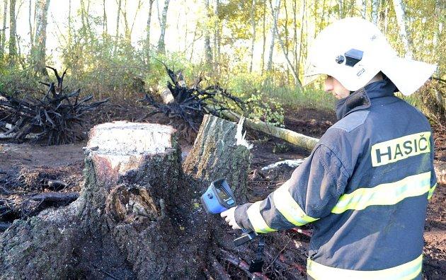 K požáru rašeliny pod povrchem vyjížděli hasiči k Františkových Lázním.