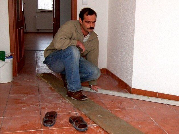 PODLAHU MUSELI SROVNAT. Richard Gracias ze Skalné má zakáz vstupu do svého domu kvůli tomu, že musel subdodavatel stavební firmy předělávat podlahu v předsíni.