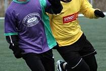 FRANTIŠKOLÁZEŃSKÝ  zimní  fotbalový turnaj patří už k tradičním akcím v tomto ročním období. Na snímku souboj ze sobotního duelu mezi Františkovými Lázněmi a Dolním Žandovem  – vlevo Boháč, vpravo františkolázeňský Štefan.