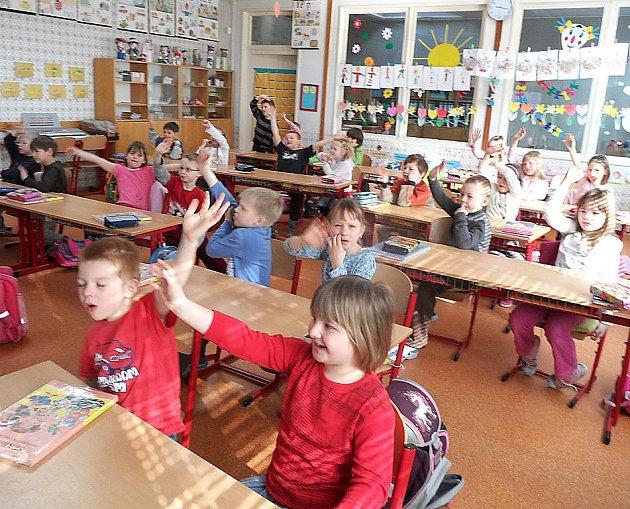 ŘEDITELÉ ZÁKLADNÍCH ŠKOL na Chebsku nemají letos s naplněním prvních tříd potíže. Někde museli dokonce otevřít i tři první třídy.
