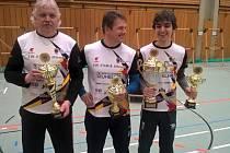 Chebští lukostřelci Martin Hámor (uprostřed), Vítek Vejražka (vpravo) a Pavel Smažík získali trofej nejcennější, tedy putovní pohár TS Marktredwitz – Dorflas s 1638 body a o čtyři body tak porazili tým SSV Rehau.
