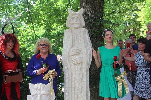Nové sochy v Sochařském pohádkovém ráji na mariánskolázeňském vrchu Krakonoš přijely odhalit známá herečka a malířka Iva Hüttnerová a populární herečka Tereza Kostková.