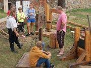 Hrad Cheb o víkendu zpestřilo představení o tom, jak se v minulosti zacházelo s obviněnými hříšníky.