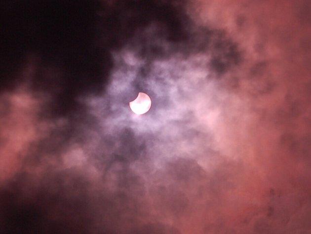 Pozorování zatmění slunce v Chebu zkomplikovala v roce 2008 oblačnost. Sluneční kotuč byl pozorovatelný jen chvilkami