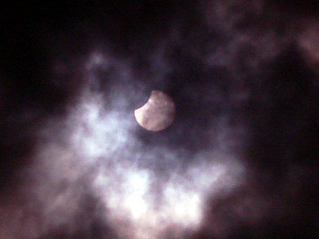 Pozorování zatmění slunce v Chebu zkomplikovala oblačnost. Sluneční kotuč byl pozorovatelný jen chvilkami