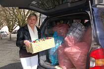 """""""DĚKUJEME, rádi si přijedeme zase,"""" usmála se Lenka Bátorová nad plným autem víček, která si díky čtenářům Chebského deníku odvážela pro malého Matyáška."""