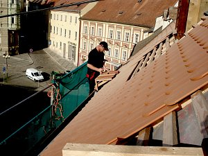 Odborníci v tuto chvíli opravují střechu Muzea Cheb. Příští rok se opravy dočkají i vnitřní prostory