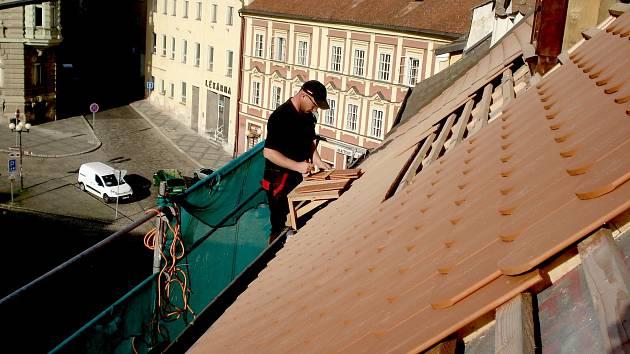 Odborníci v tuto chvíli opravují střechu Muzea Cheb. Příští rok se opravy dočkají i vnitřní prostory.