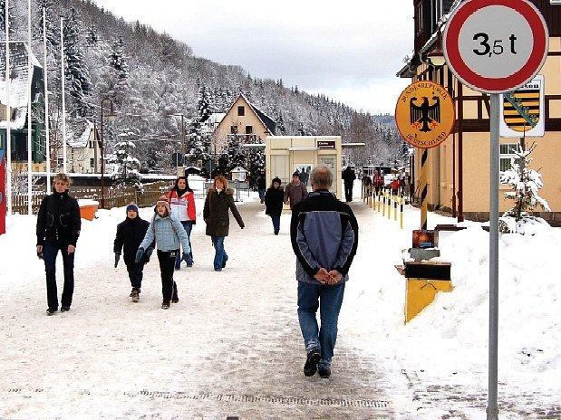 AUTA NIKDE. Už od 21. prosince měli do Potůček proudit přes hranice automobily do tří a půl tuny. Toto rozšíření má však znovu zpoždění.
