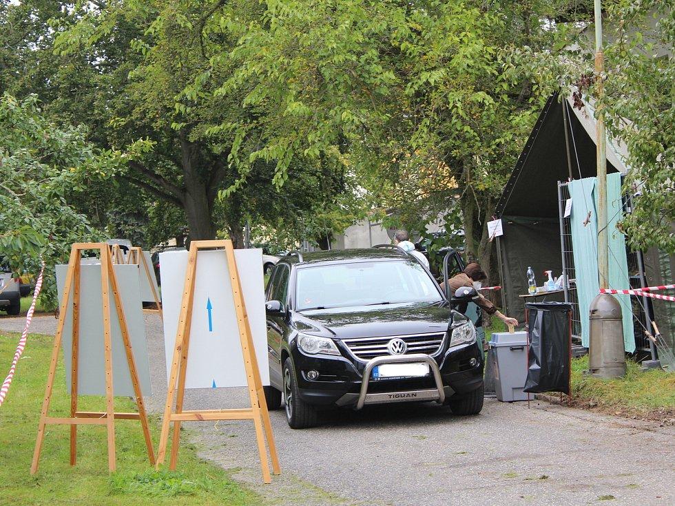 Ti, co jsou v karanténě odvolili v takzvaných drive-in místech. V Chebu se tak stalo u chebské nemocnice.