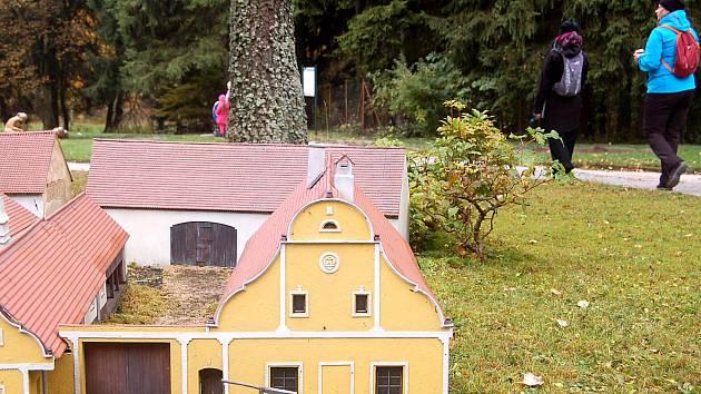 HOLAŠOVICE. Model Holašovic se v parku Boheminium rozroste o další část už v sobotu.