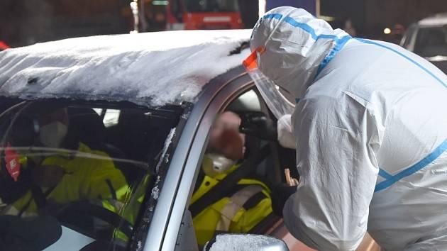 Mobilní testovací místo na Pomezí, jehož provoz zajišťují hasiči.
