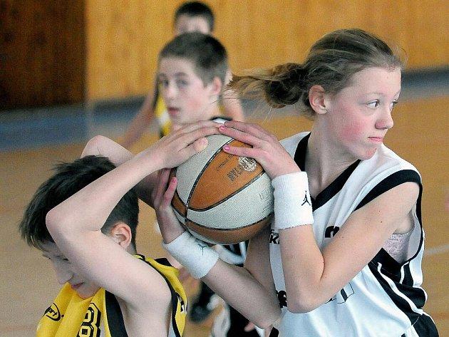 Utkání mladých basketbalistů Lokomotivy Cheb.