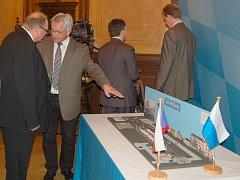 ZNOVUOBNOVENÍ KOLEJÍ z Aše do Selbu projednávali před půl rokem v Hofu zástupci německých a českých měst.