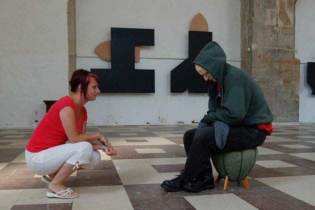 V kostele sv. Bartoloměje v Chebu jsou až do konce srpna k vidění málo vídané sochy a prostorové objekty