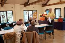 Firma De Luxe Home se v jednom z chebských prostorů pod záminkou otevření kamenného obchodu rozhodla pozvat seniory a nabídnout jim ´výhodnou koupi´.