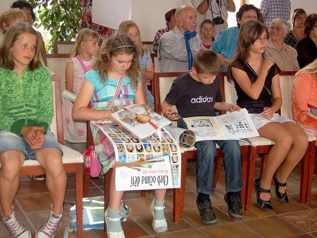 AUTOŘI  KRESEB, žáci  vyýtvarného oboru Základní umělecké školy v Chebu, si z chebské radnice odnesli nejen plakáty se svými tvářemi, ale také  ´svou´ knihu.