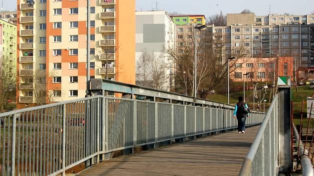 Ottův most slouží pro některé obyvatele sídliště Zlatý vrch v Chebu jako důležitá spojka, kudy se vydávají ráno do zaměstnání a do školy. V noci si tudy ale mnozí jít netroufnou.