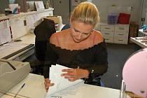 LIDÉ ZATÍM CHODÍ PRŮBĚŽNĚ, ukazovala žádosti o nový řidičák chebská úřednice Hana Šálová Abrhámová.