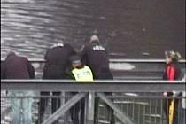 Strážníci z Chebu ženě zabránili v sebevraždě.