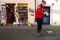 RADĚJI UKLIDÍ NEŽ BY MĚLI PROBLÉMY. Provozovatelé uklízejí před svými obchody  raději dobrovolně. Nechtějí, aby se před jejich obchodem stal zákazníkovi úraz. Náledí proto preventivně posypou solí, stejně jako to dělá Irena Petráčková na náměstí