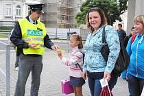 NA PŘECHODY U ŠKOLY v chebské Májové ulici dohlíželi v prvních dnech policisté. Školáčkům rozdávali kartičky s bezpečnostním desaterem a reflexní pásky.