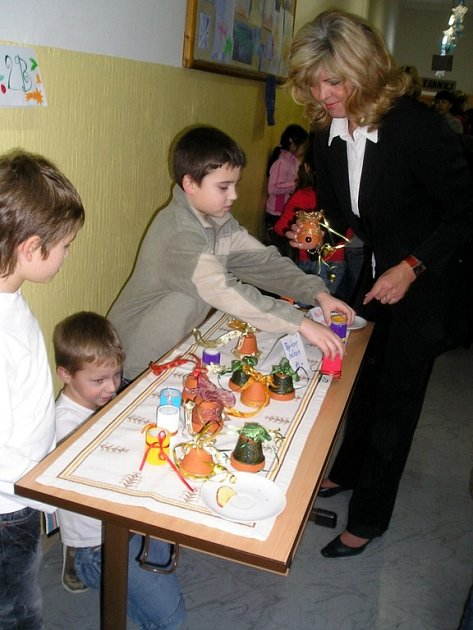 ŠKOLÁCI SAMI VEDLI DÍLNY. Žáci 2. Základní školy se na vánočním jarmarku spolu s 'dospěláky' učili,  jak mají mají třeba uplést vánočku.