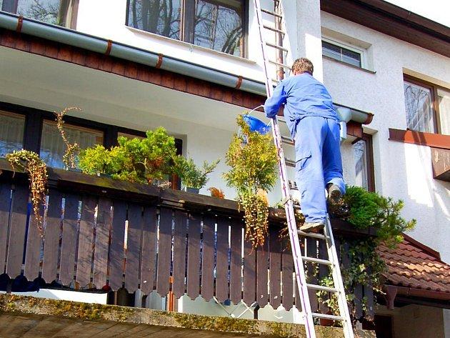 ČIŠTĚNÍ OKAPŮ NENÍ PRO NEŠIKY! Opadávající listí dělává každoročně vrásky mnohým majitelům domů. Listí ucpává okapy, takže při dešti končí voda na fasádě. Do této činnosti by se ale měli pouštět pouze zkušení jedinci.