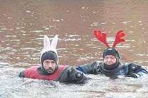 Do řeky Ohře v Chebu, která měla jen tři stupně, se ponořili chebští i karlovarští potápěči.